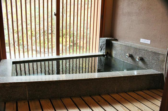 部屋風呂ですが、ゆったりと広い空間で外の景色を眺めながら温泉を楽しむことができます。お肌にやさしくクセのない泉質なので、気が向いた時いつでも入ることができます。