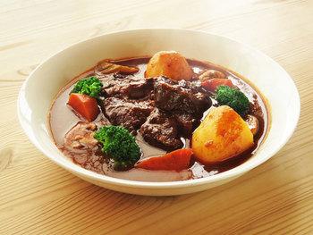 そして、牛すね肉をバターで焼き、別皿に。次に野菜を炒めて牛すね肉を戻し、肉を漬け込んだワインやトマトなどを加えて2時間ほど煮込みます。その後、デミグラスソースを加えて少し煮たらできあがり。