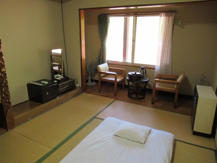 暖房完備のさっぱりしたお部屋です。温泉巡りで疲れた体をゆっくり休ませましょう。