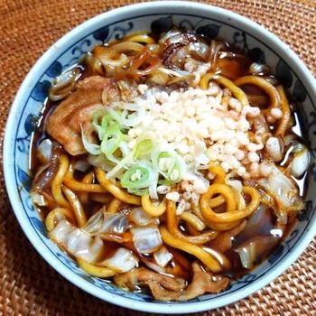 青森県黒石市の黒石やきそばから生まれたご当地グルメ「つゆ焼きそば」。一見うどんのようですが、平打ちの焼きそば麺を使います。基本は和風だしベースですが、お店によっていろんなスープがあるそう。こちらのレシピではウスターソースとめんつゆを使います。