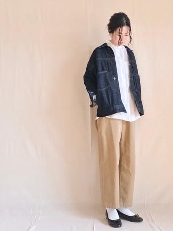 デニムジャケットにパンツを合わせると、マニッシュな雰囲気や大人ヘルシーな着こなしが楽しめます。 こちらは優しげな色合いのスタイリングに、デニムジャケットを合わせて、きりりと辛口のスパイスをプラスした甘辛ミックスコーデ。着慣れたアイテムに羽織るだけで着こなしがアップデートできるのも、デニムジャケットの魅力です。