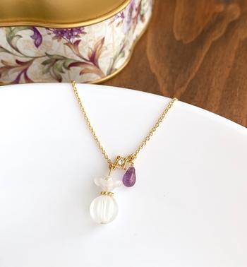 春らしいスミレを象った香水瓶のネックレス。小ぶりなのでカジュアルなコーデの時にもさらりとシックに合わせられます。