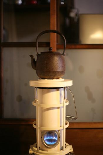 鉄瓶で沸かしたお湯は、鉄分が含まれているので、貧血予防に繋がると言われています。さらに、口当たりがまろやかになるので、味もおいしくなるそうです。健康のために白湯を飲んでいる方や、コーヒーやお茶が好きな方は、ぜひ試してみてください。