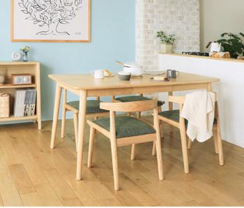 木製家具にも良く合う、ブルー系のアクセントクロス。ライトブルーを選べば、部屋全体が明るくなり家族団らんの時間を楽しくしてくれそう。