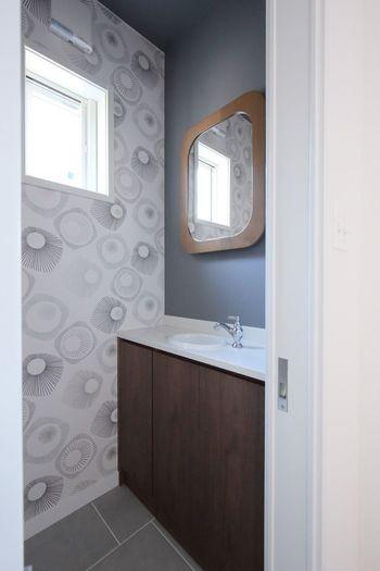 入口に立ったとき、ぱっと目を引く壁面がアクセントクロスのベストポジション。こちらのお宅では、トイレの一面に取り入れています。