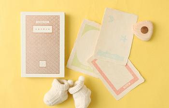 出産祝いに、親子の大切な思い出を綴る小さな本をプレゼント。どこか懐かしいデザインの本物の本を思わせる箱の中にあるのは、手漉き和紙で作られた3枚のポストカード。「初めての手紙」「足形の紙」「命名の紙」...どれも親子の特別な儀式を思わせるテーマ。温かいお祝いの気持ちは、きっとしっかり贈られた側へ届き、またいつか大きくなったお子さんへと伝わっていくことでしょう。