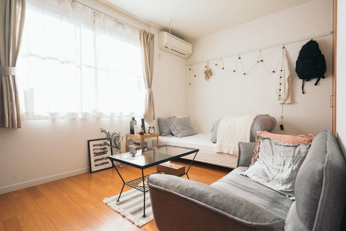 レースのカーテンは光を程よく和らげ、お部屋を適度な温かさと明るさに調整してくれます。壁紙と同じ白の色味は、お部屋にも溶け込みやすく、日中は照明を付けなくても充分すぎるほどに光を取り込むことができます。最近はUVカット機能付きのものなど、優秀なアイテムが多数出ているのでチェックしてみてくださいね。