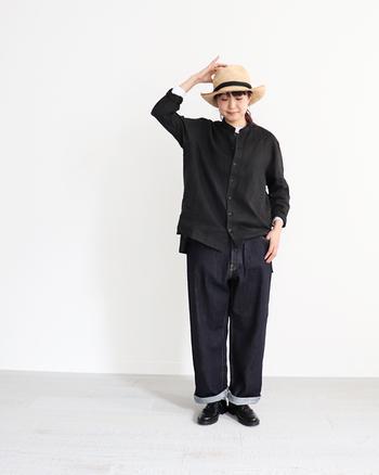 大きめの黒シャツ×ワイドデニムのゆるカジコーデは、袖と裾をラフにロールアップすることで洗練された印象に。インナーの白Tシャツを覗かせたバランスが絶妙です。