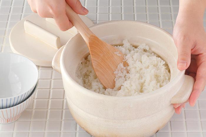 木製のしゃもじなら、使っていくうちにちょっとすり減っても安心して使い続けられますね。鍋やフライパンの表面を傷つけることもないので、土鍋や琺瑯鍋、表面加工が施された鍋での使用もOK。使う前にしっかり水につけておけば、しゃもじにお米が付くこともありませんよ。