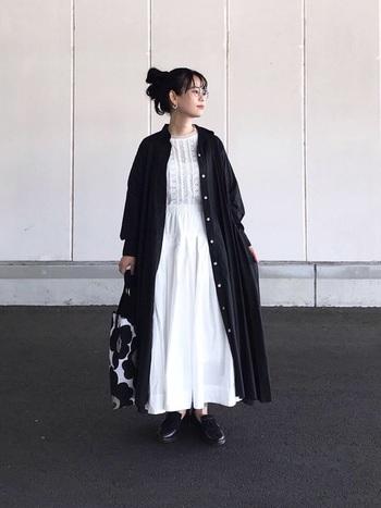 白のブラウスとフレアースカートのホワイトコーデは、ともするとぼやけた印象になってしまうことも。そんな時は、黒のロングシャツをコート風に羽織ることで全体が引き締まります。