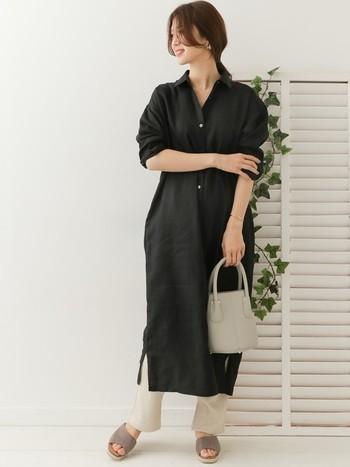 ワンピース風や羽織りなど、黒のロングシャツはオールシーズン使える便利なアイテム。春夏は明るいカラーのボトムスを合わせて、軽やかなレイヤードスタイルを楽しみましょう。