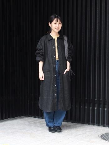 Tシャツ×デニムの定番カジュアルスタイルも、ロング丈の黒シャツを羽織るだけでこなれ感がアップ。季節の変わり目にも重宝します。