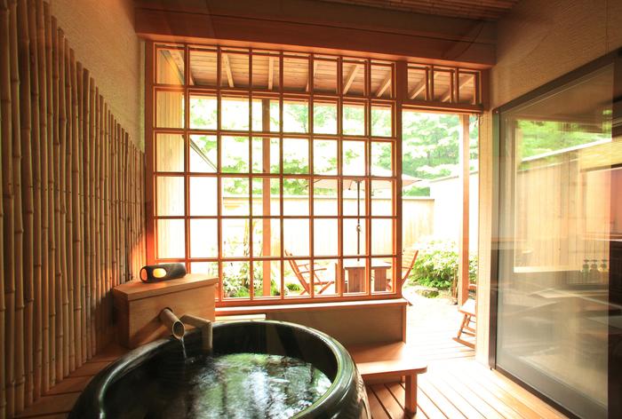 洋風庭園と森を眺めながらの温泉が楽しめる和モダン客室には専用の露天風呂があります。好きな時間に温泉につかりながら、贅沢な時間を過ごすことができます。