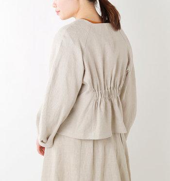 すっきりとしたノーカラーのショートジャケットは後ろ姿がPOINT!バックウエストにギャザーをぎゅっと寄せたデザインがフェミニンで柔らかな雰囲気にまとめてくれます。ボリュームたっぷりの袖も大人かわいくて◎  ショート丈なのでハイウエストボトムスやボリューミーなパンツとも相性がよく、簡単にこなれ感を演出できます。