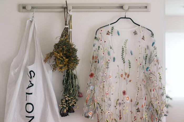 スワッグのようなボリューム感のある花束は、フックやドアノブに掛けるだけで存在感のあるディスプレイになります◎ こちらは春らしい花モチーフのお洋服と、ドライフラワーをディスプレイ。 掛けているだけで空間が華やかになります。
