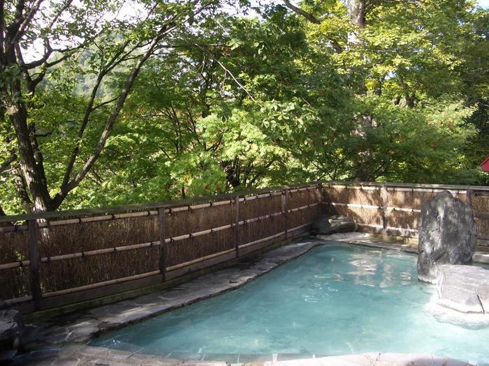 女性用の露天風呂。八幡平の渓流のせせらぎが聞こえる露天風呂は、いい季節になると生い茂る木々の緑が鮮やかで、川風が肌に心地よく渡ります。