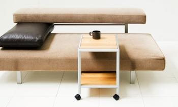ソファの横に置いたり、正面に引き寄せたりと、座る人の都合に合わせて使いたいのであれば、キャスター付きなどの移動しやすいタイプがおすすめ。掃除の時も楽に動かせますよ。