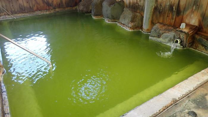 エメラルドグリーン色のきれいな色のお湯ですが、強い石油のにおいがして、温泉の濃厚さが感じられます。天然温泉に浸かっているって感じがします。