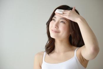 コットンパックは、手だけよりも効果的に角質に潤いを届けることができます。方法も簡単で、ハトムギ化粧水をたっぷり染み込ませたコットンを顔に貼りつけ3分ほど放置するだけ。  パックといっても非常にシンプルな方法なので、いつものケアにプラスワンしても面倒さはあまり感じません。