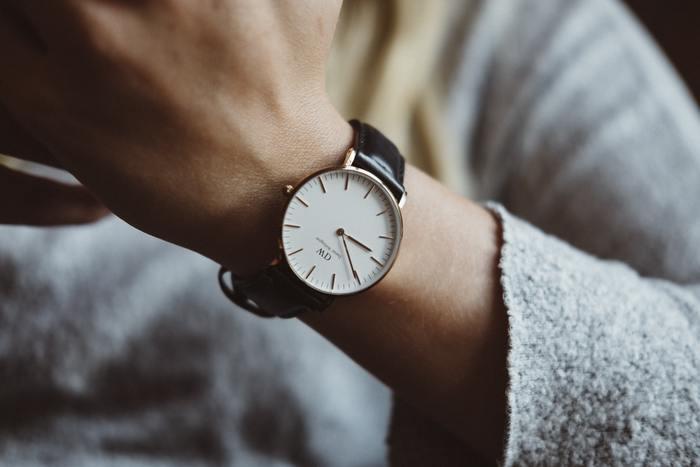 また、「トラッド感のある小物」を取り入れることでぐっとそれらしくなりますよ。 革製品のベルトや腕時計、小さめバッグなどを取り入れてみましょう。取り入れる際は、コーディネート全体の色に合わせた色味を選ぶのもポイントです。  また、英国紳士っぽい丸眼鏡やネクタイも使える小物です。ネクタイに抵抗がある人は、スカーフなんていかがですか。