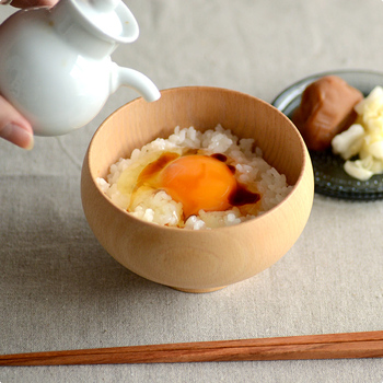 木の種類は、欅(ケヤキ)と橅(ブナ)と楓(カエデ)の3種類。お好みに合わせて選んでみてはいかがでしょう。 MATEVARIのお椀は、お味噌汁などの汁物だけでなく、ごはんものや、お雑煮、ぜんざいなどにもおすすめです。  フチが内側にカーブしているので、お茶漬けや卵かけごはんなどを入れても、こぼれにくくて使い勝手抜群です。