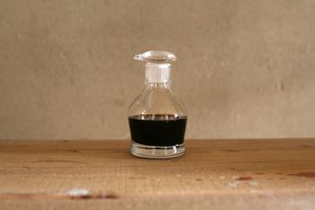 """1970年代、廣田硝子が、実験用の点滴ビンの機能に着目し、シリモレしない画期的なこの醤油差しを開発したのをご存知でしょうか?実は、それが元となり、現在では一般的となった""""すり口醤油差し""""が、広まったんだそうです。"""
