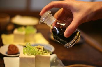 本体のビンとガラス栓をしっかり擦り合わせることにより、外部へのモレを解消。ガラス製醤油差しの普及に大きな貢献を与え、まさにガラス製醤油差しの歴史を変えた、廣田硝子。 この、「元祖すり口醤油差し」は、東京国立近代美術館に永久保存されている、歴史に残る名品です。