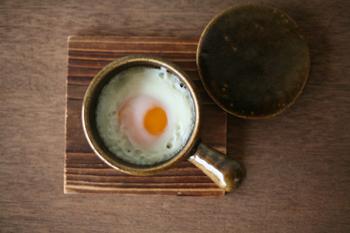 卵一つ分が丁度良く収まる手のひらサイズの手付きココット。お一人分の目玉焼きや、アヒージョ、グラタン、茶碗蒸しなど様々なお料理に大活躍してくれるアイテムです。