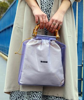 去年に引き続きトレンドのPVC素材のバッグ。ハンドルにバンブー素材をプラスしたことで高級感と上品さがアップして、少しレトロな雰囲気に。
