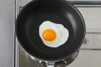 「中尾のシルク」で目玉焼き。白身がふっくら仕上がり、フッ素加工なので、フライ返しが何のストレスもなく、スッと入り、焦げ付きません。 油をほとんど敷かなくてもくっつかないので、ヘルシー調理に…。