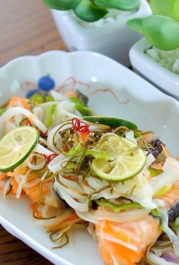 スライスした野菜と、さっと揚げた鮭の南蛮漬け。すし酢を使うので味付けも簡単です。ホームパーティーでは酸味のあるメニューをいくつか用意しておくと、お口もさっぱりして箸休めになるのでおすすめです。こちらも作り置きしておけるレシピですので、来客前に仕込んでおきましょう。