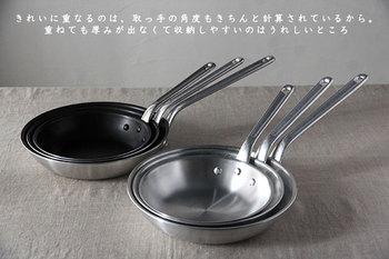 """業務用の鍋、フライパンを中心に、半世紀以上に渡ってプロの料理人に支持されている「中尾アルミ製作所」のフライパンが、家庭のキッチンにも登場。 サイズは21cm、 24cm、27cm の3種類。 それぞれ研磨仕上げした""""アルミフライパン""""と、フッ素樹脂加工を施した""""シルクフライパン""""の2種類があります。  どちら共、本体はアルミ素材なので、軽くて使いやすいのが特徴。深さも程よくあるので、フライパンを使った揚げ物や、パスタソースなどはお得意です!"""