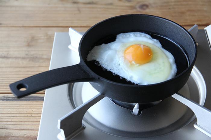 「釜定」で焼く目玉焼きは、ぶくぶくした表面が、カリッとした食感。最初はこびりつくこともあるかもしれませんが、何度も使っているうちに油分が馴染み、その心配もいりません。