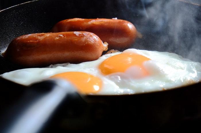 多くのご家庭の朝食のスタンダードといえば「目玉焼き」。フライパンに卵を割り入れて、水を差し、蓋をする。この実に簡単な工程で、美味しい一品が出来るなんて、なんだか凄いですよね! 黄身の部分の焼き加減を楽しむというのも「目玉焼き」を楽しむための嬉しいポイント!みなさんは、どんな焼き加減がお好みですか…。