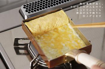 また、こちらのお鍋は卵焼き専用の鍋ではありますが、お肉や野菜など全ての素材で余熱を利用しながら、旨味を逃さず調理出来るというのも高ポイントです。  使い込んだ銅は、だんだん艶やかな飴色の輝きを放つようになり、その経年変化もまた楽しみのひとつに…。