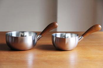 """工房アイザワの""""ミルクパン""""は、キッチンにひとつあるととっても重宝するアイテム。普通のミルクパンや片手鍋と比べると、ちょっと上向きに付けられた持ち手は、まるでリスのしっぽのようにぷっくりと膨らんで、なんだか愛着がわいてきます。"""