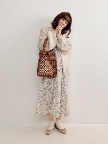 まるでお婆ちゃんのおさがりのようなウッドビーズを使った渋いバッグ。今年の春夏アイテムとして気になる存在です。