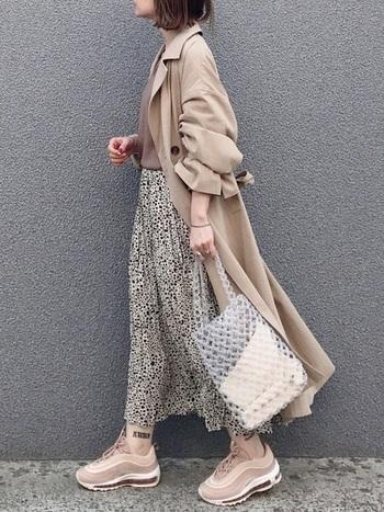 クリアなビーズのバッグは、レトロコーデが初心者の方にも抵抗なく取り入れられるアイテムです。洋服の色も選ばないので、着こなしに迷うこともありません。