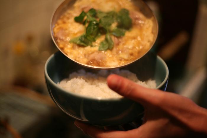 """ご紹介するのは、東京の下町で4代にわたりお鍋やフライパンを作り続けている中村銅器製作所の""""親子鍋""""。厚めの銅板で形成され、表面に錫が焼き付けられた""""親子鍋""""は、熱伝導性や保温性に優れ、ムラなく均一に熱が伝わるため、まるで評判のお店で親子丼を食べているかのように、ふんわりと仕上がります。リーズナブルなテフロン加工の""""親子鍋""""を何度も買い換えるより、一生付き合える道具として中村銅器製作所の""""親子鍋""""を迎い入れてみてはいかがでしょうか…。"""