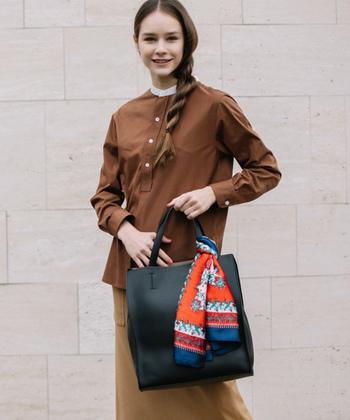 首元だけではなく、大胆な柄はバッグに結んでも可愛い!明るく華やかなスカーフなら、コーデのアクセントになりますよ。