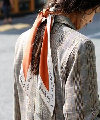 ロングヘアの方は、スカーフを髪の毛に付けても素敵です。 スカーフのサイズを変えても雰囲気が違ってくるので、色々なデザインを試してみましょう。