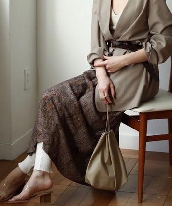 こちらも引き続き人気の巾着バッグ。渋めのトーンなら落ち着きを感じるコーデに仕上がります。