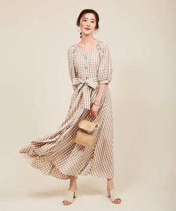 ベージュのギンガムチェックは、ナチュラルカラーなのに女性らしさをたっぷりアピールできるカラー。ウエストに大きなリボンがあるだけで、女性らしさもグッと上がりますね。色を合わせたシューズとバッグで、ワントーン風の着こなしに。