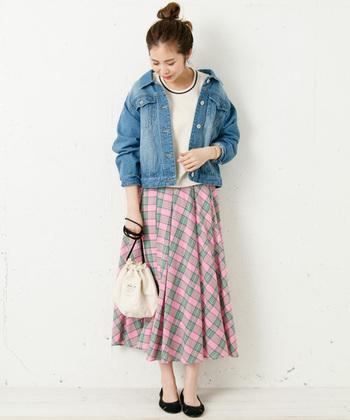 ピンクのマドラスチェックスカートは、白トップスとデニムジャケットを合わせてカジュアルに。足元はあえて黒のパンプスを合わせることで、大人ガーリーな雰囲気に仕上げています。