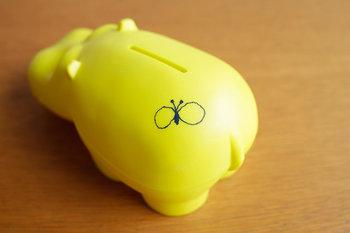 カバの貯金箱には、ミナ ペルホネンとのコラボバージョンも!カバのおしりには、minä perhonen(ミナ ペルホネン)の象徴である choucho(チョウチョ) が可愛らしくプリントされています。
