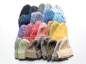 リネンを使ったニット帽は使うほどに手に馴染んで、心地よいものになっていきます。ざっくりとしたリネンならではの質感がカッコイイですね。