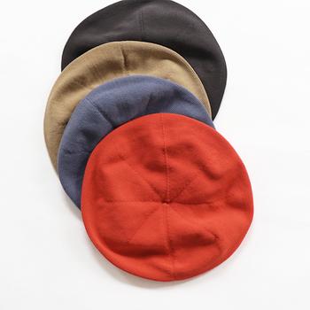 コットン100%のニットベレーは、密に編み込んでいるので、くったりとやわらかな手触りが心地よい帽子です。さりげないアクセントにしやすいボリューム感です。