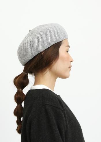 ざっくりと編まれた清涼感のあるベレー帽。コロンとした形が可愛らしく、ゆるくまとめたヘアアレンジとも好相性です。フレンチシックなコーディネートにも活躍させたい一品。
