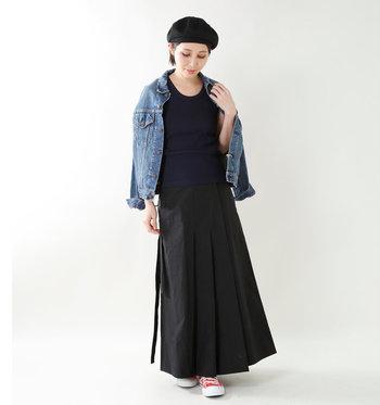 上下黒でまとめたコーディネートに、同じく黒のベレーをオン。おでこを出したすっきりスタイルは、夏にもぴったりです。
