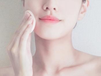 目線があつまる顔の中心から外側に向かって放射状にファンデーションを伸ばしていきましょう。スポンジは肌に押し付けすぎず、さっと広げていくイメージです。